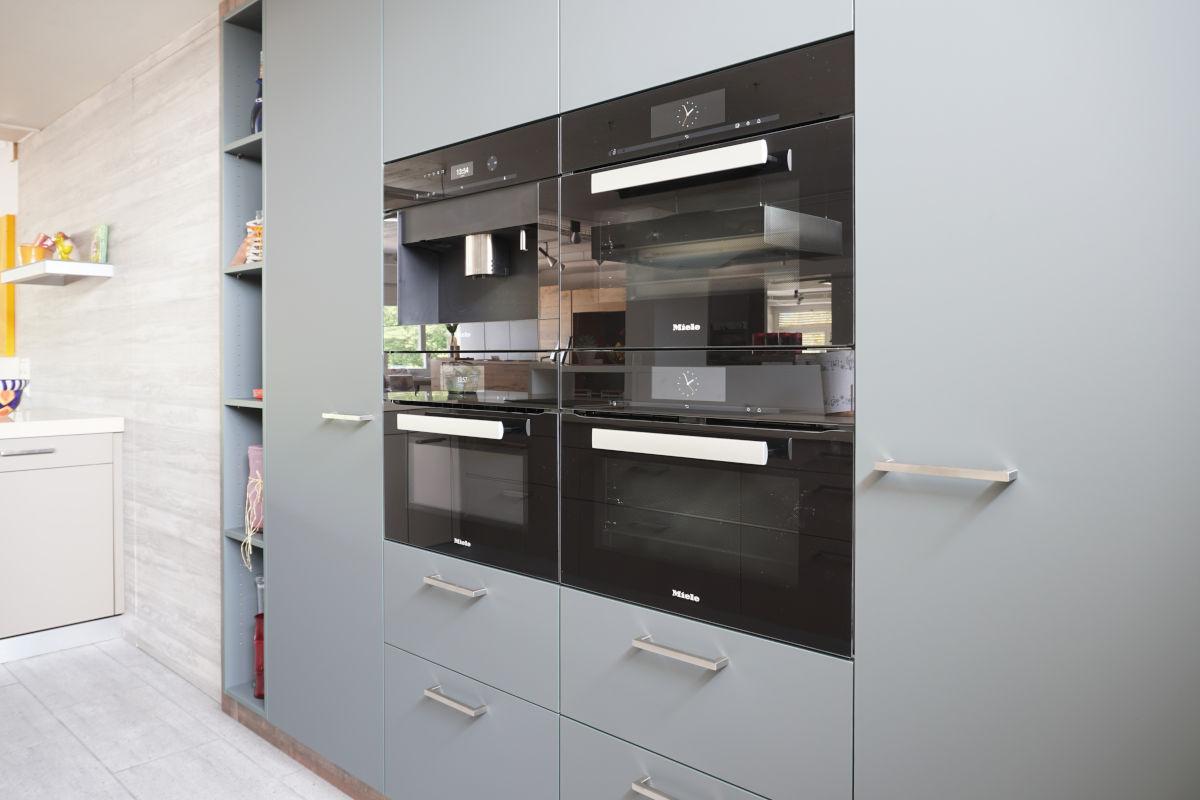 Küchenschrank mit kunstharz-Oberflächen (Fenix supermatt) und mit hochwertigen Apparaten von Miele