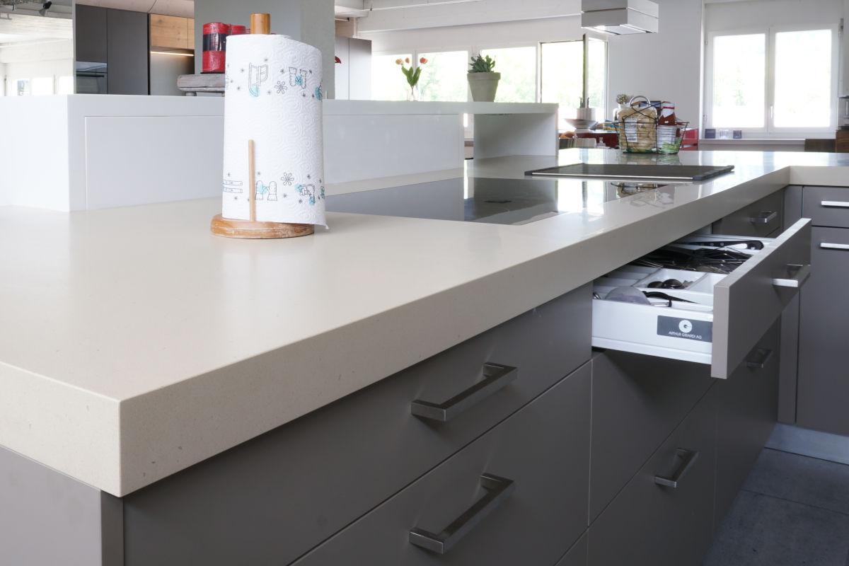 Das Keramik-Kochfeld ist flächenbündig in die Arbeitsplatte eingelassen. Sie ist so dünn, dass darunter eine Schublade Platz hat.