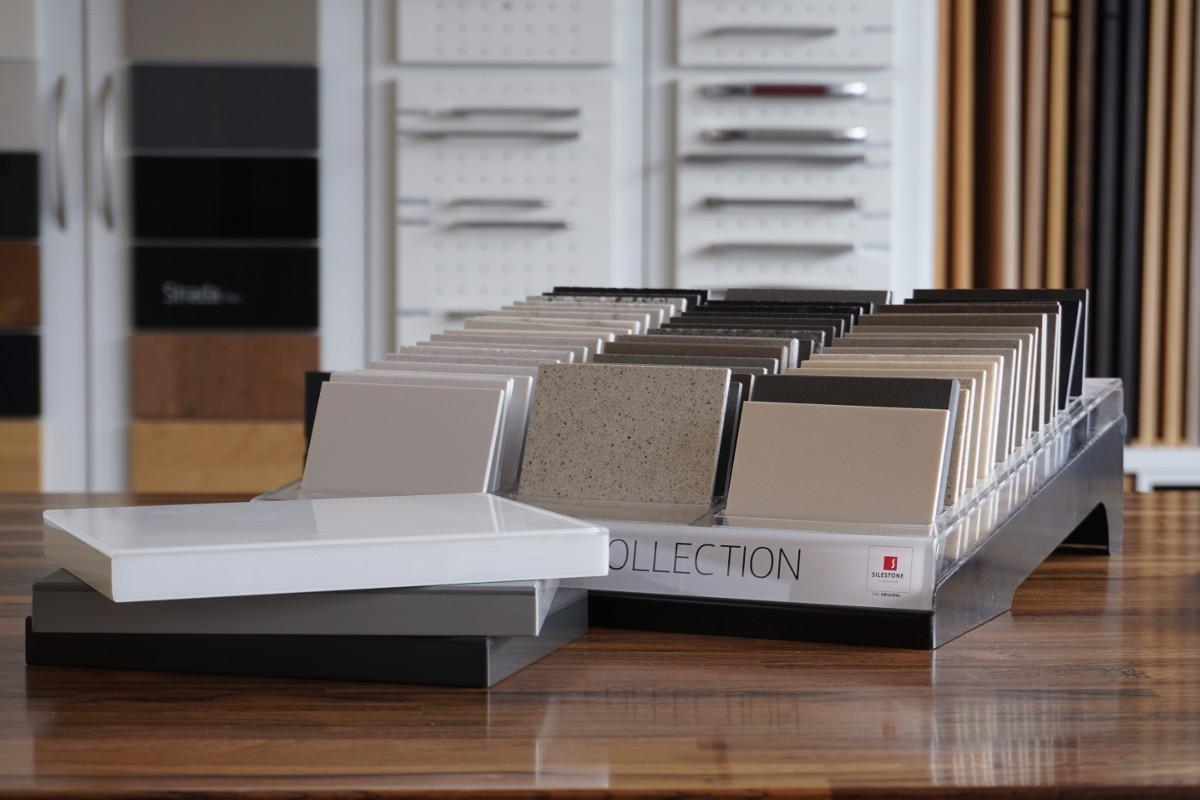 Materialmuster: Hier eine Palette an Kunststein-Oberflächen für die Küche