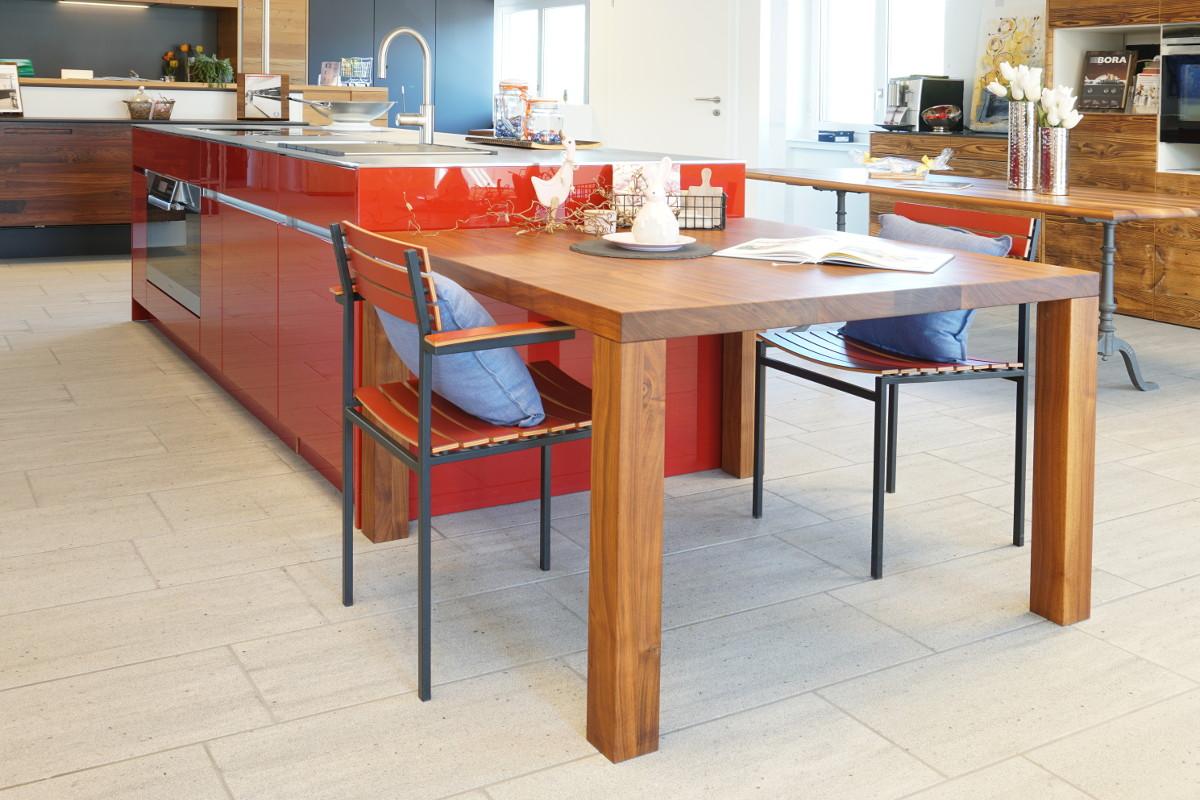 Unsere Ausstellung mit roter Inselküche und Esstisch aus massivem Nussbaumholz