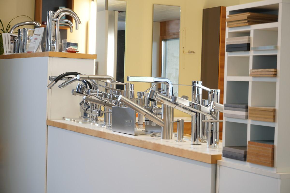 Eine Auswahl an Armaturen für das Spülbecken in der Küche