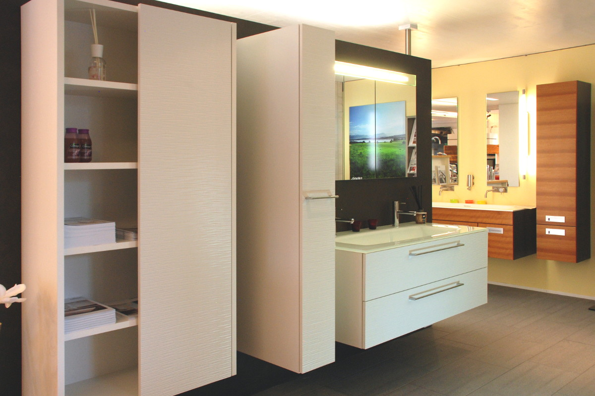 In unserer Ausstellung zeigen wir auch verschiedene Badmöbel
