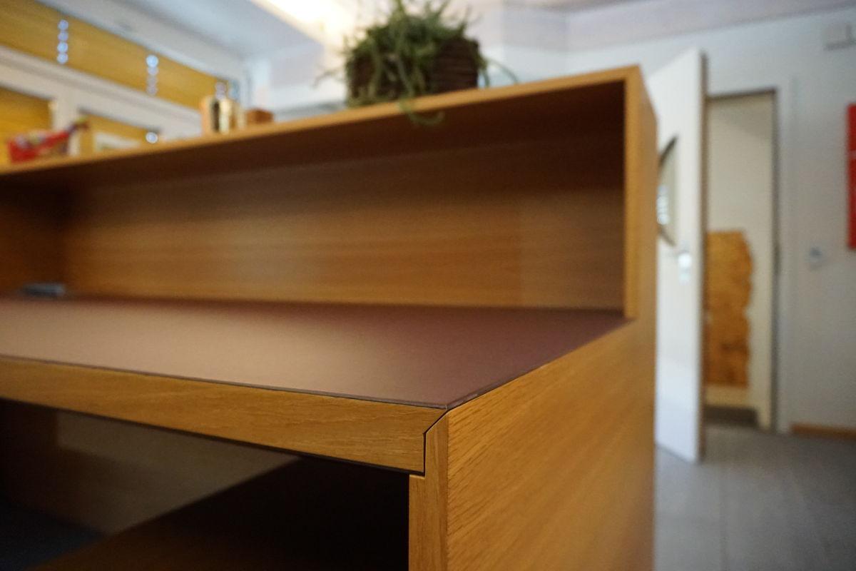 Das ganze Möbel ist auf Gehrung gebaut. Die Arbeitsfläche ist mit einem Linoleum Desktop Belag versehen