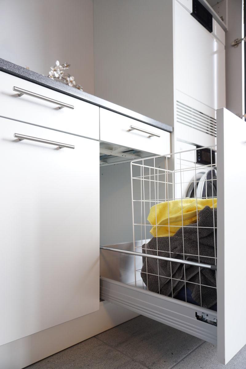 Der Wäschekorb ist ebenfalls in einer Schublade untergebracht.
