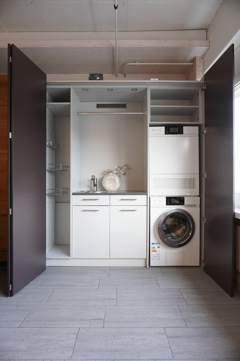 Haushaltmöbel mit Waschmaschine und Tumbler