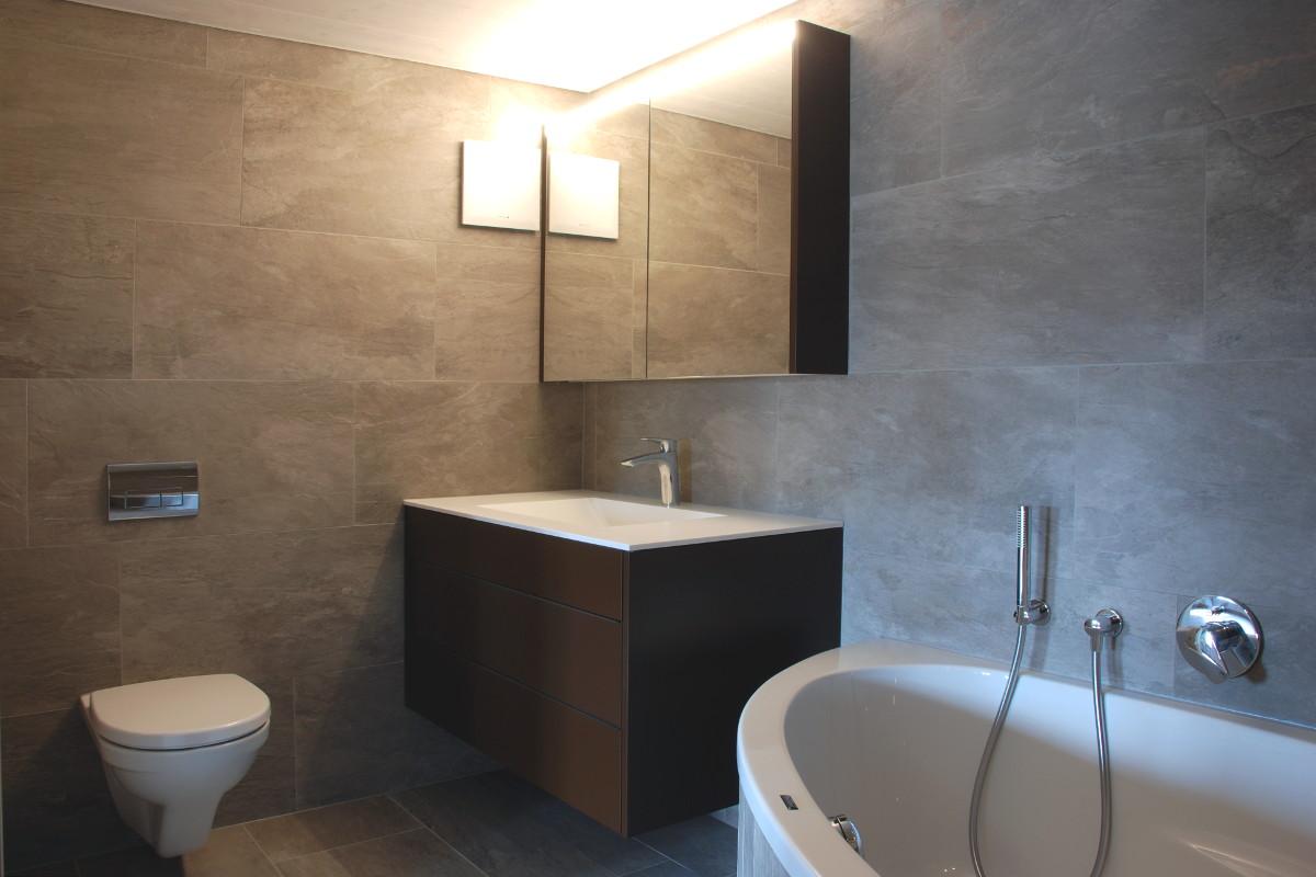 Modernes Badezimmer mit Steinplatetn und elegantem Badmöbel von Talsee.