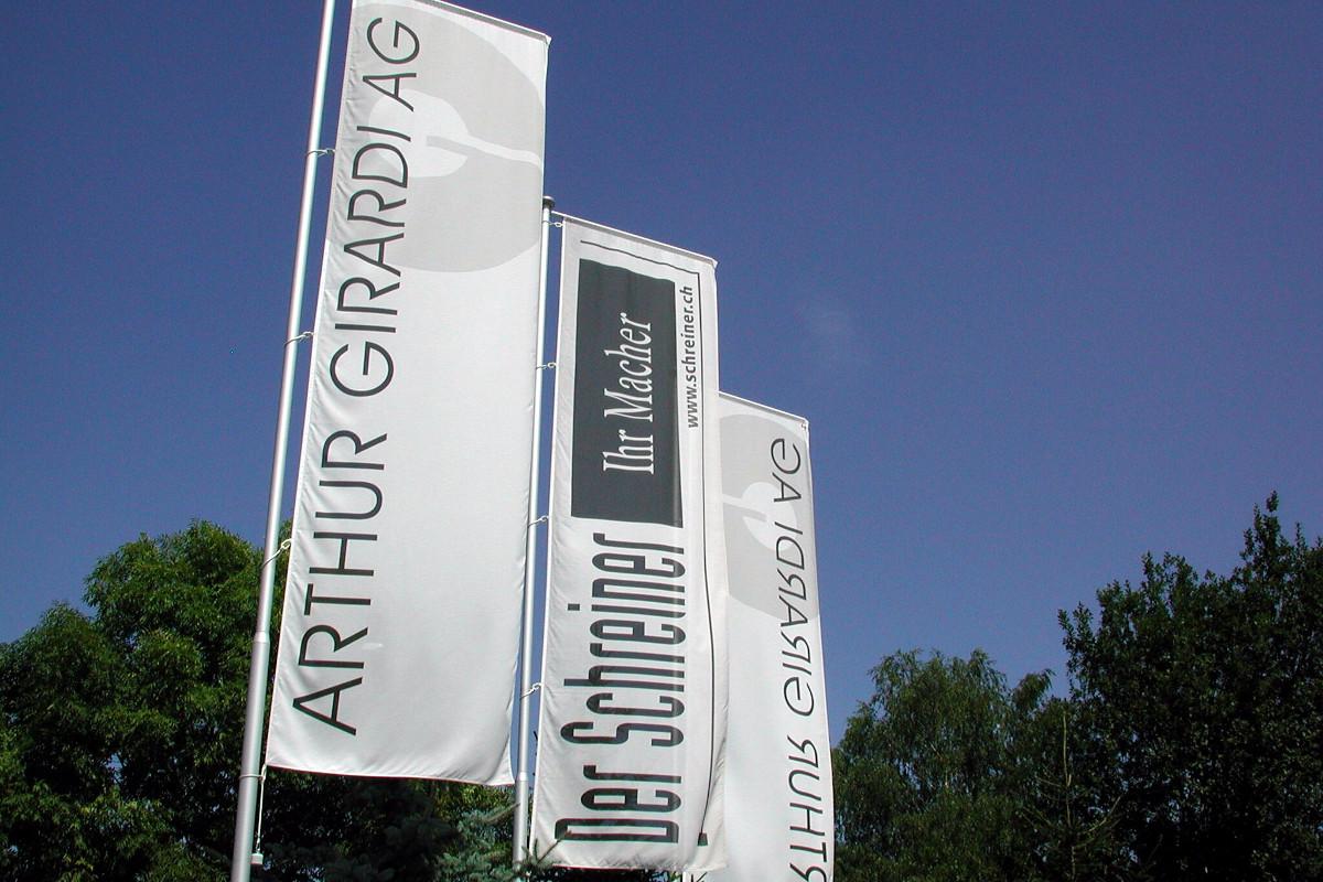 """Fahnen mit dem Logo der Arthur Girardi AG sowie des VSSM """"Der Schreiner ihr Macher"""""""
