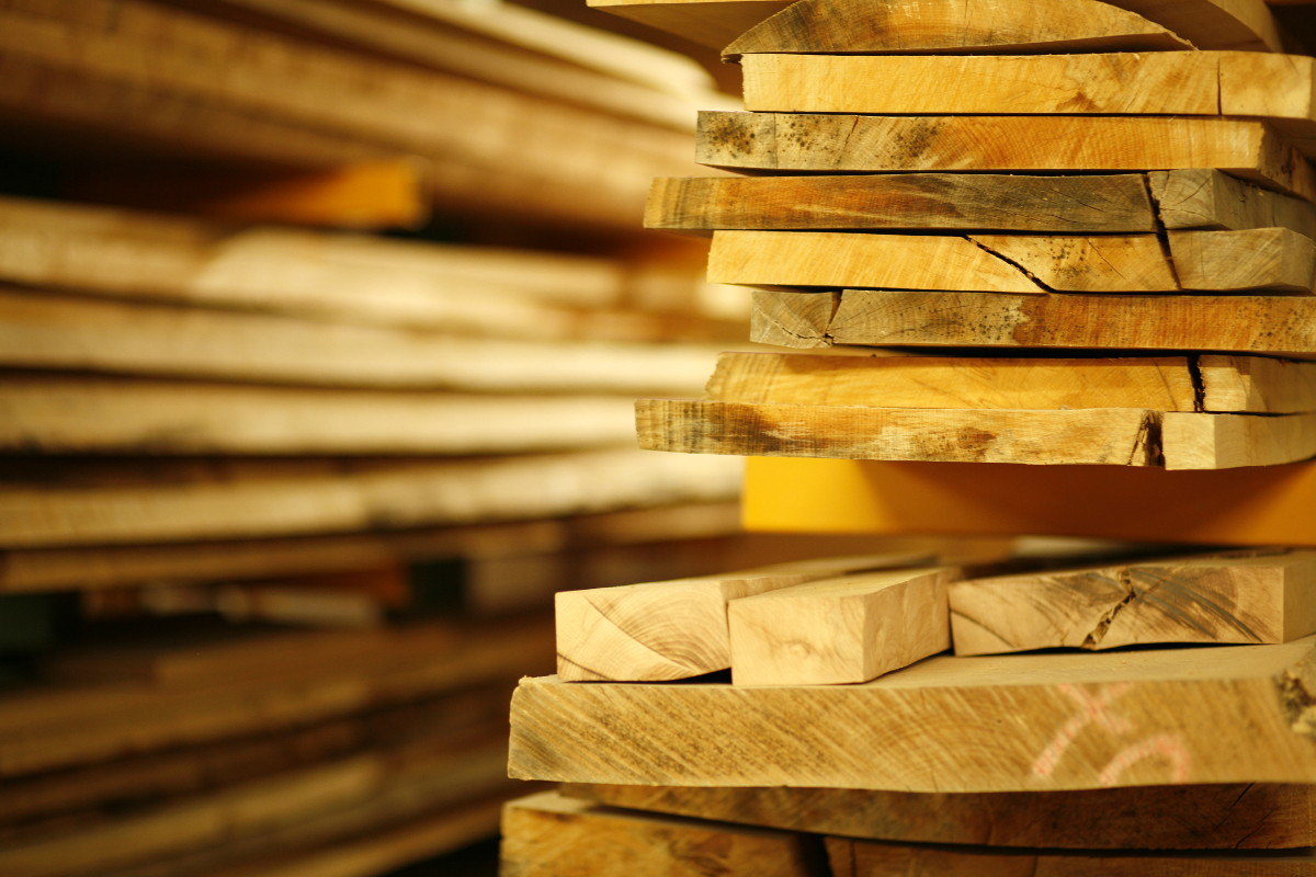 gut gelagertes Massivholz wartet auf die Verarbeitung
