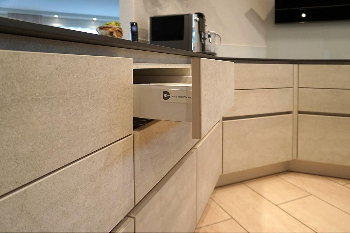 Elegante Küchenfronten aus Keramik. Das grifflose Design wirkt besonders Edel. Die Schubladen lassen sich mit leichten Druck öffnen.