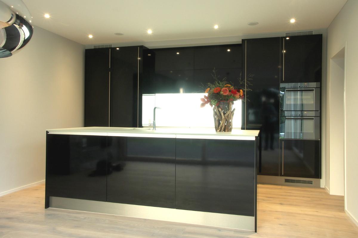Moderne Wohnküche (schwarz) mit Insel.