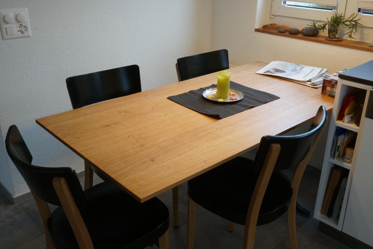 Tisch aus massivem Eichenholz mit original Horgenglarus Tischbeinen.