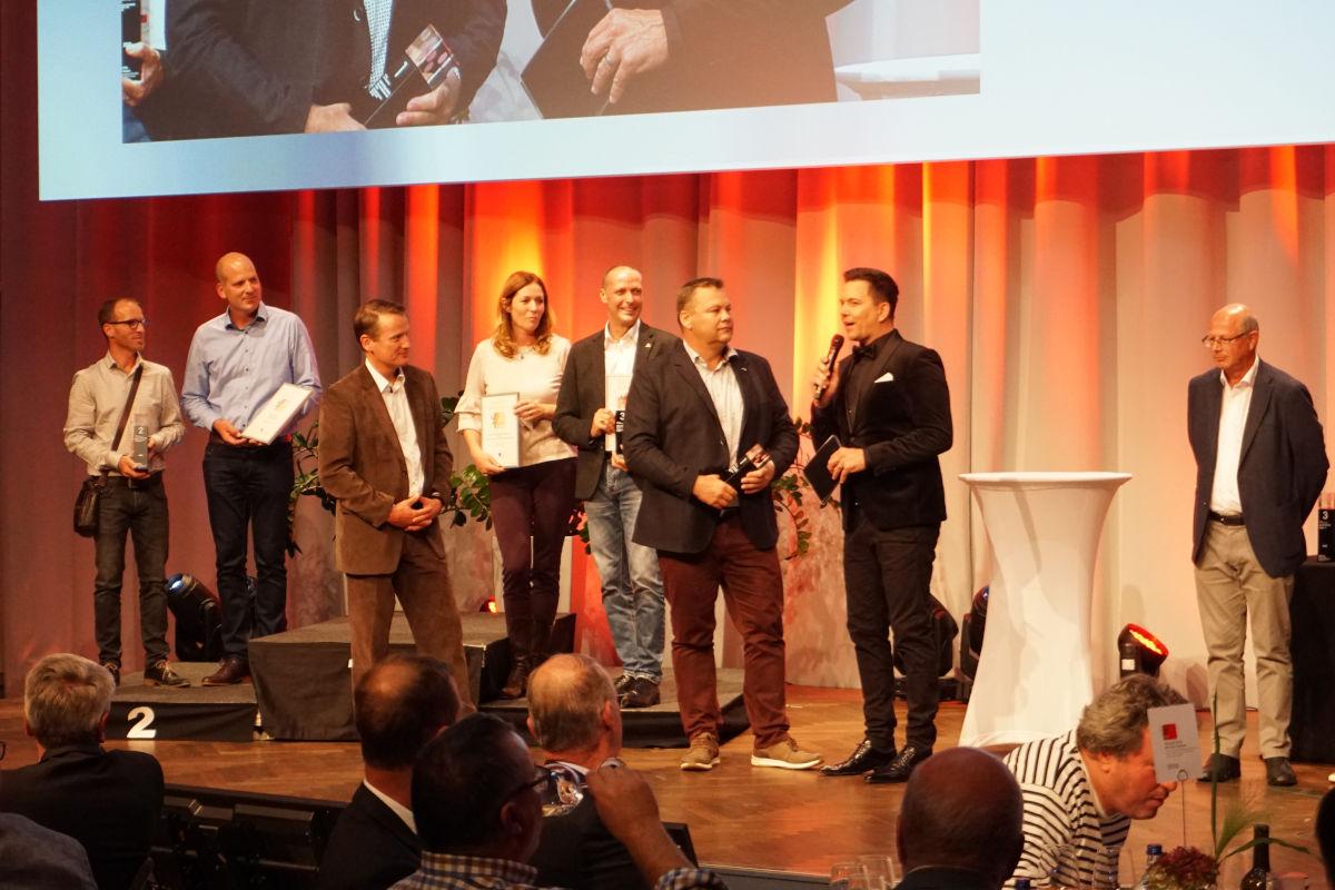 Martin Birrer bei der Preisverleihung mit Sven Epiney und den Gewinnern vom Weingut Adrian & Diego Mathier sowie den zweitplatzierten vom Weingut Aagne.