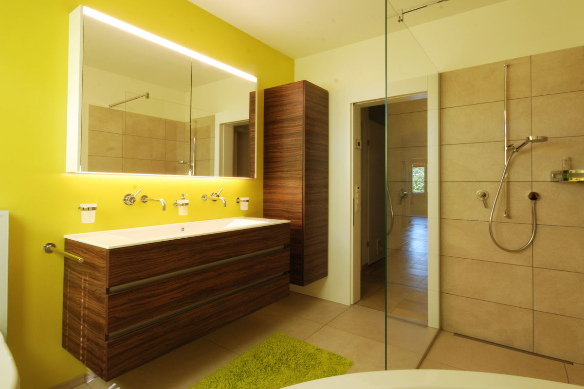 Badezimmermöbel aus Eigenproduktion. Spiegelschrank & Duschwand