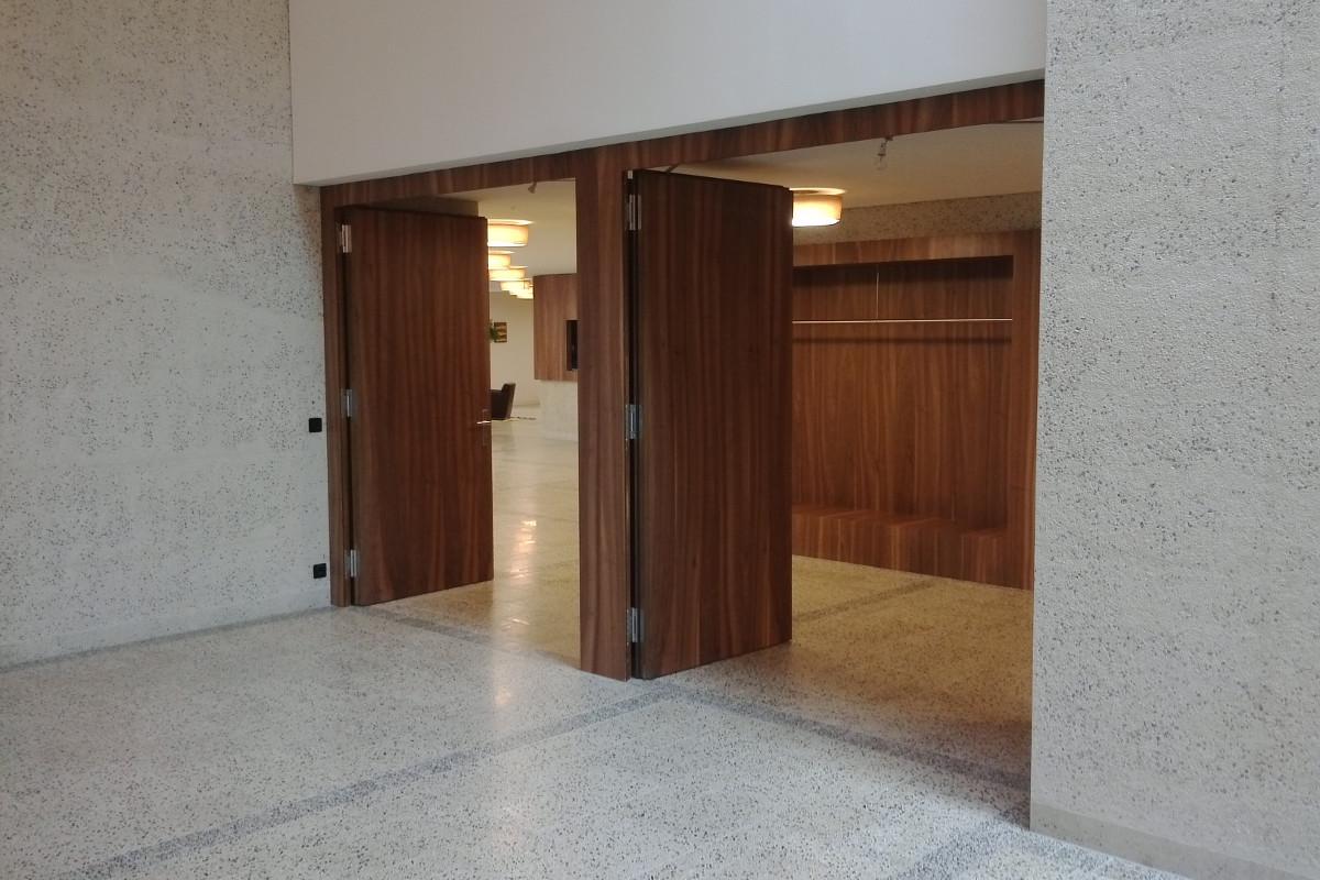 Türen und Garderobe (Nussbaumfurnier)