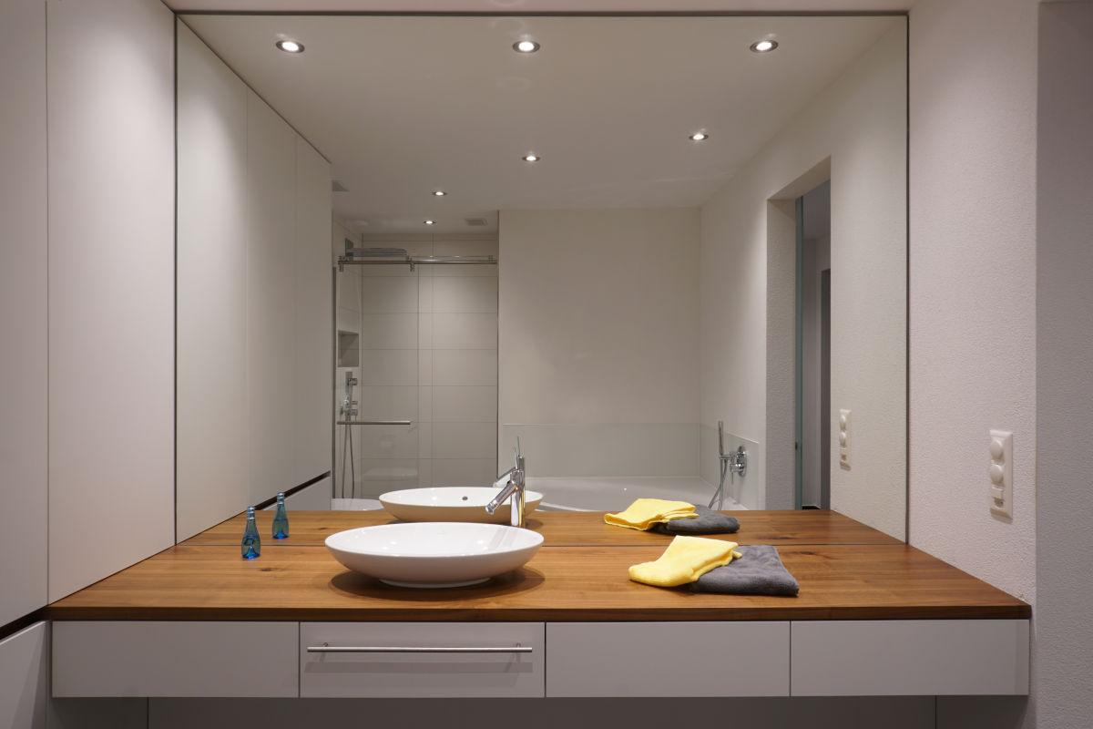 Vollflächiger Badezimmerspiegel über Waschtisch aus Nussbaum