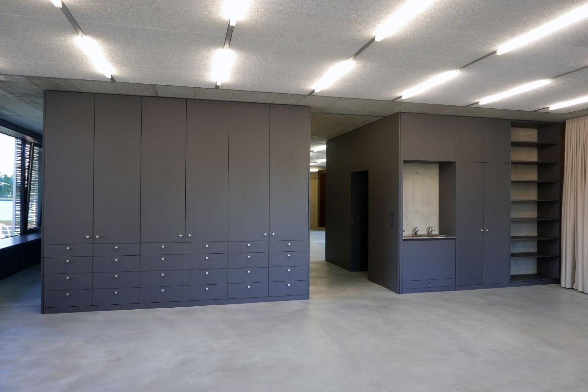 Alle Schränke und Türen sind mit Kreide beschreibbar (Oberfläche Kunstharz belegt schiefergrau)