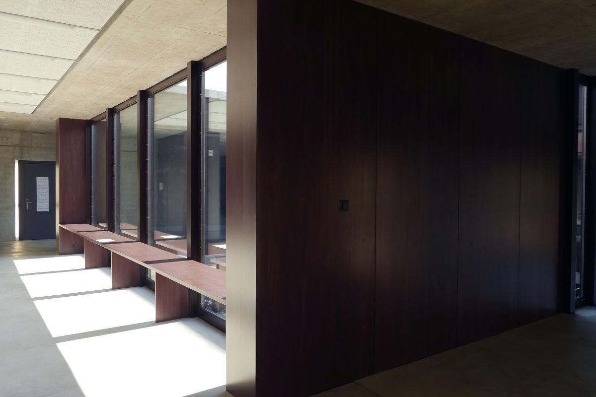 Fensterbänke und Wandverkleidungen im Schulhausgang