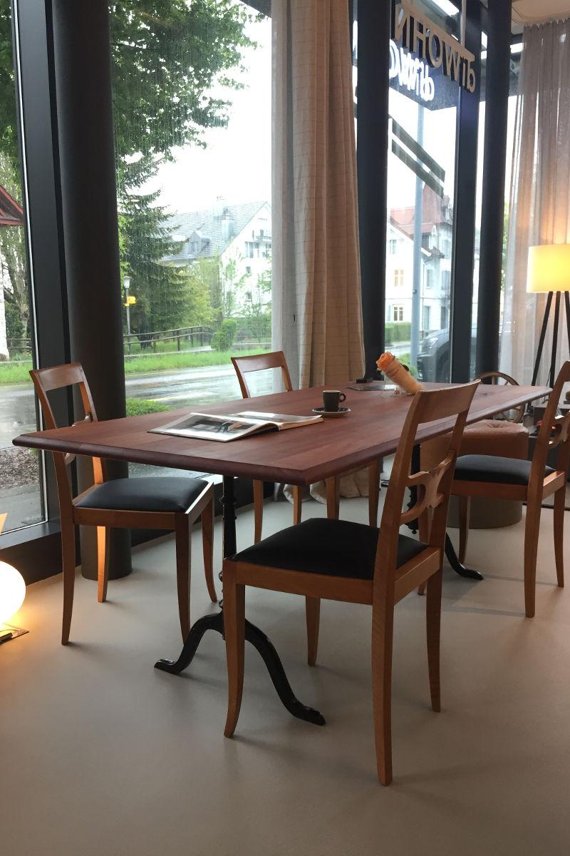 Tisch aus massivem Birnbaumholz mit original Horgen-Glarus Gusseisenfüssen