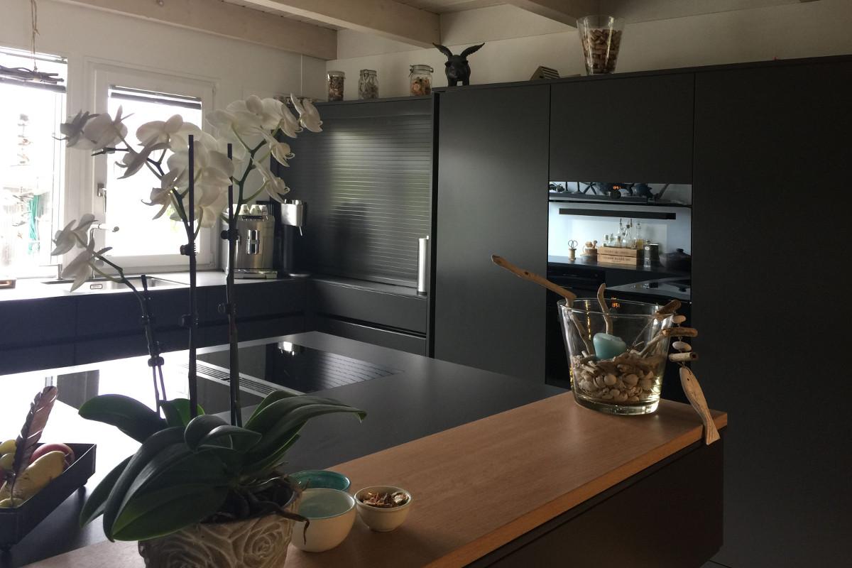 Küche; Keramik-Kochfeld mit Tischlüfter; Rollladenschrank