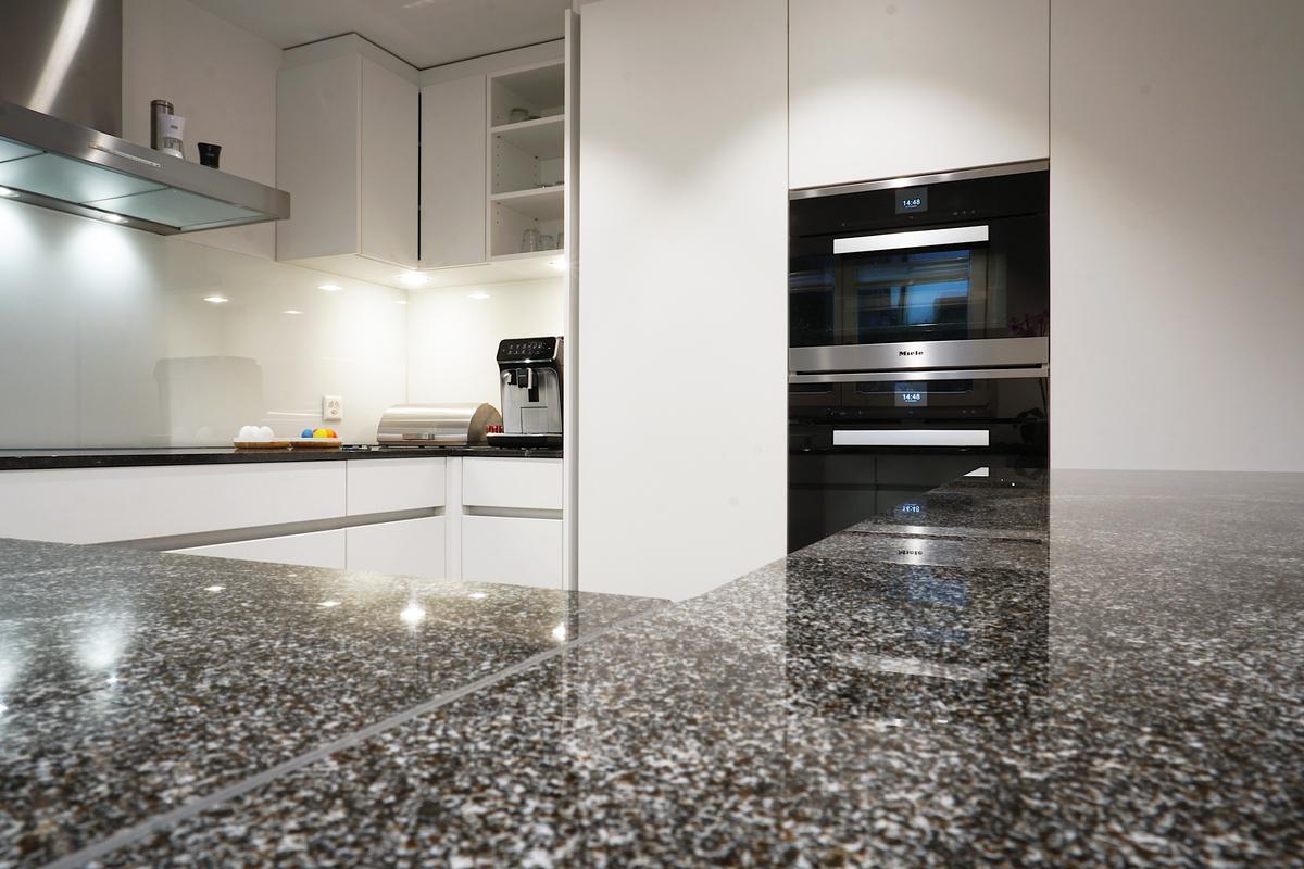 Helle neue Küche mit Granitabdeckung