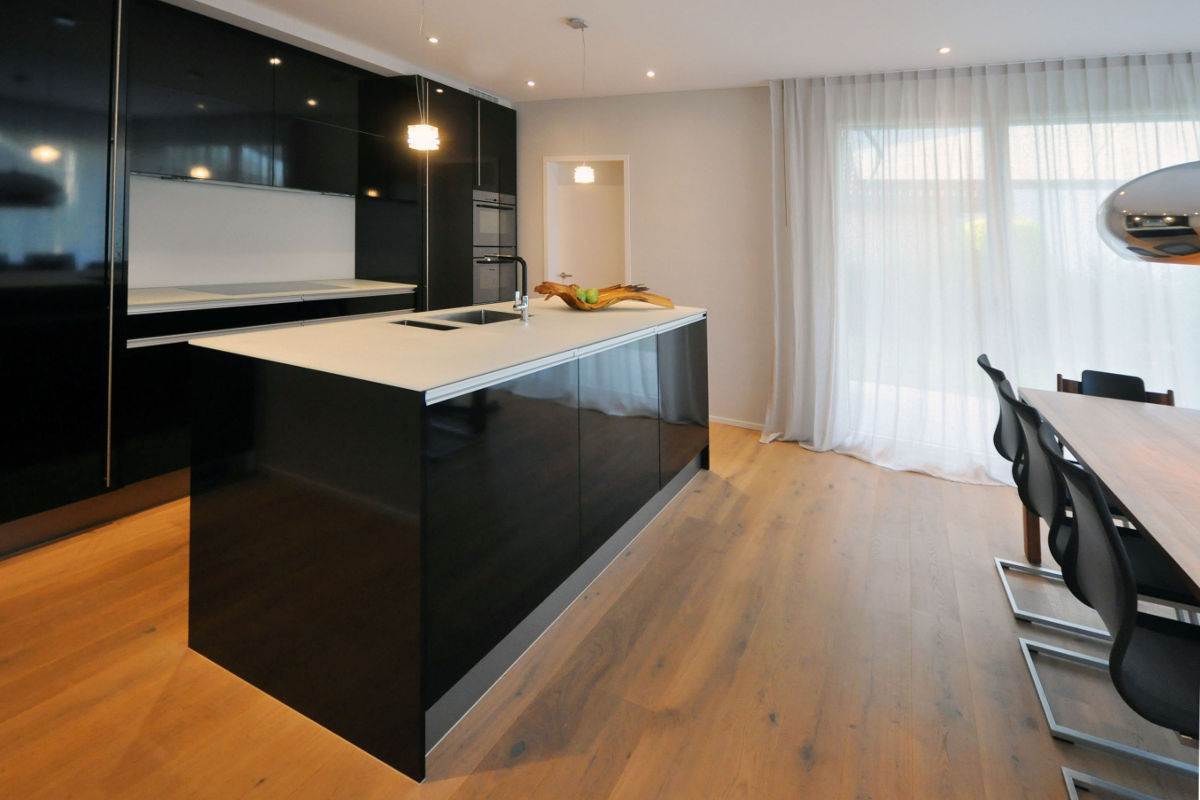 Schwarze Küche mit glänzenden Kunstharz-Fronten.