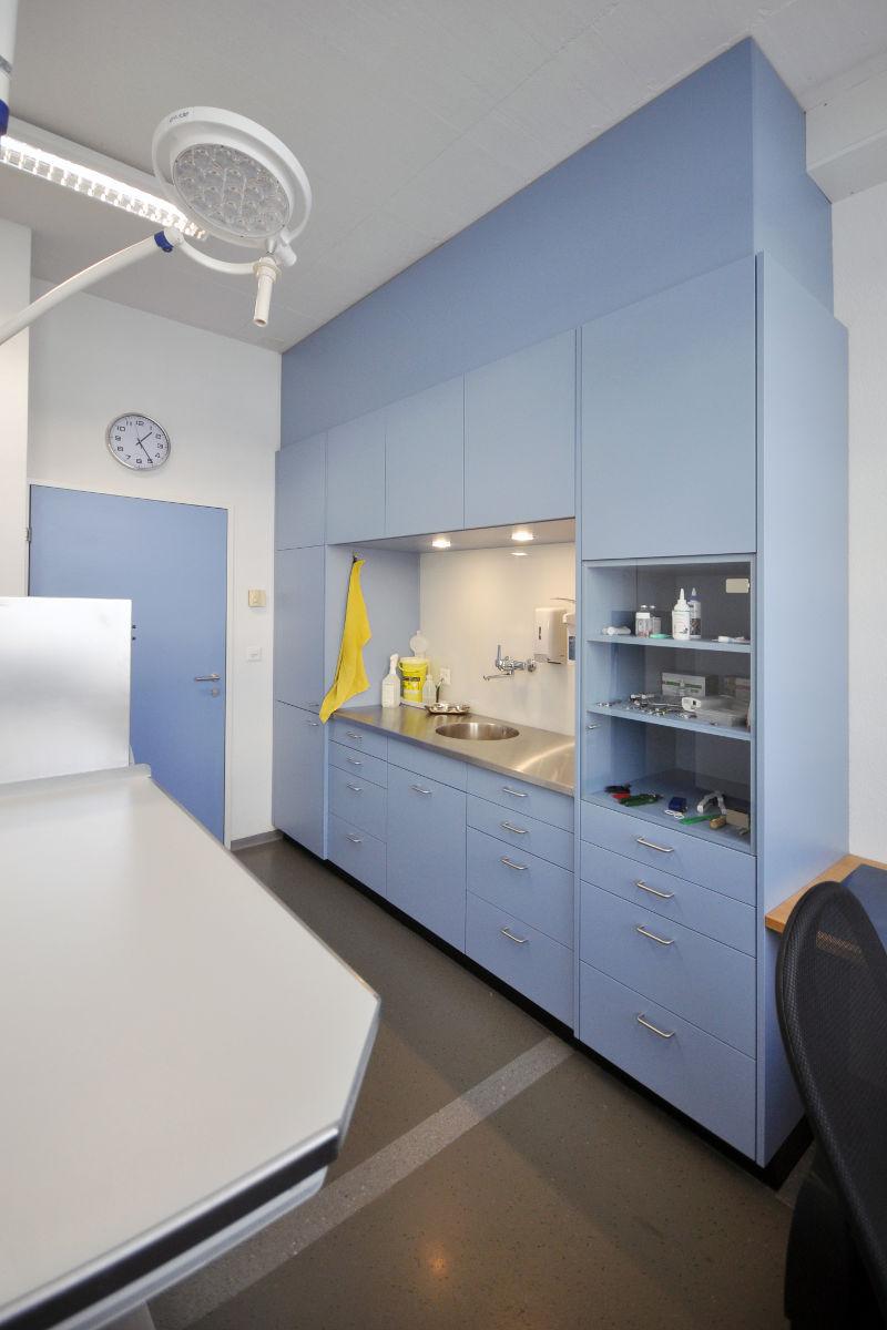 Das neu eingerichtete Behandlungszimmer mit vielen praktischen Schubladen. Die Chromstahlabdeckung lässt sich gut reinigen für steriles Arbeiten.