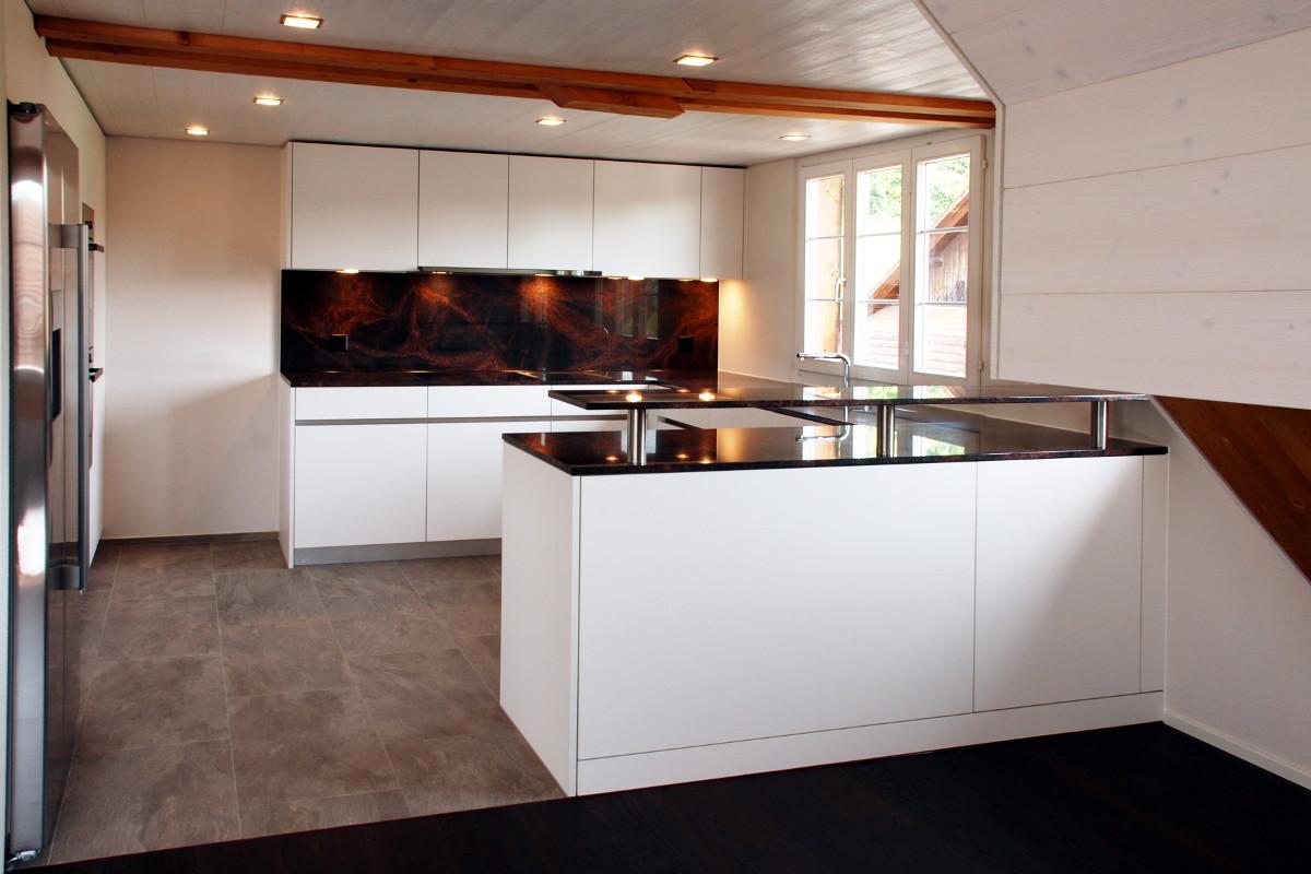 Küche mit weissen fronten, Griffmulde, und Arbeitsfläche aus Aurora-Granit