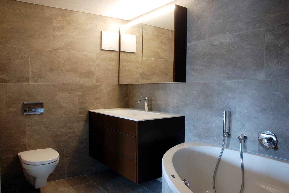 Badezimmer mit Spiegelschrank und Badmöbel
