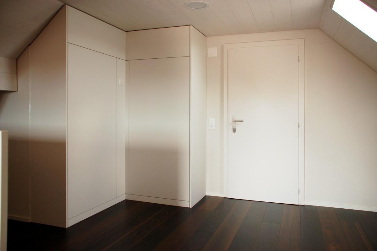 Einbauschrank in Ecknische unter Dachschräge. Zimmertür.