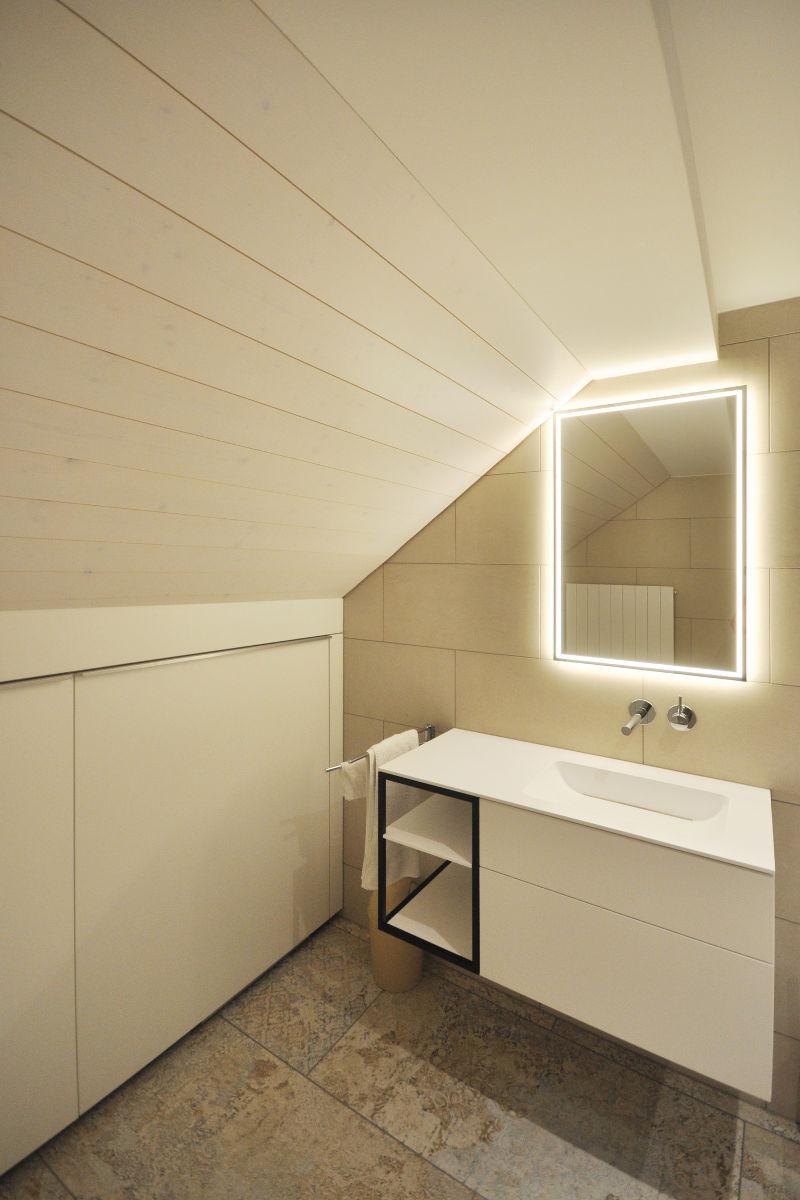Der Spiegelschrank ist in die Wand eingelassen und wird mit LED beleuchtet.