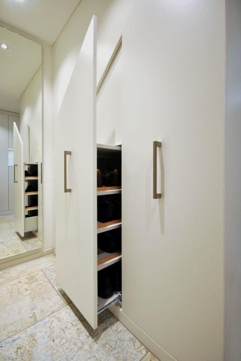 Die Einbauschränke nutzen den Platz unter der Treppe optimal aus.
