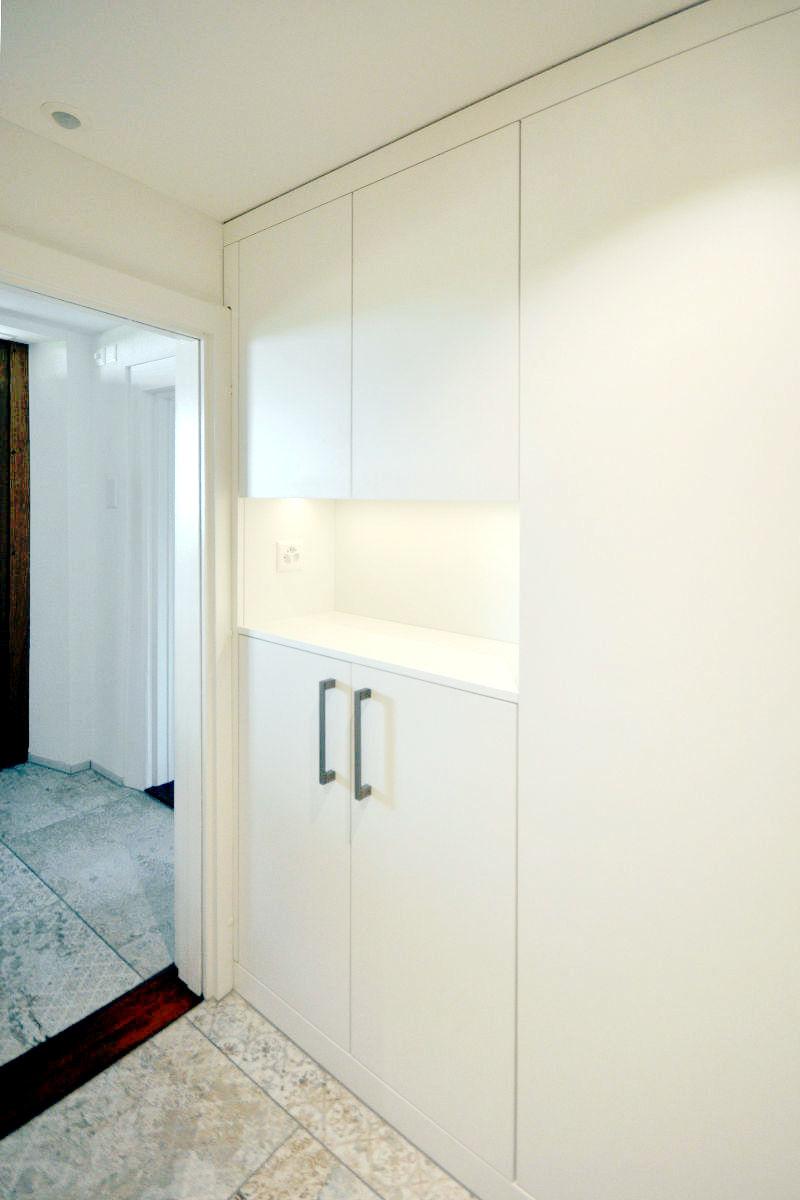 Ein Einbauschrank im Korridor bietet Stauraum und Ablagefläche zugleich.