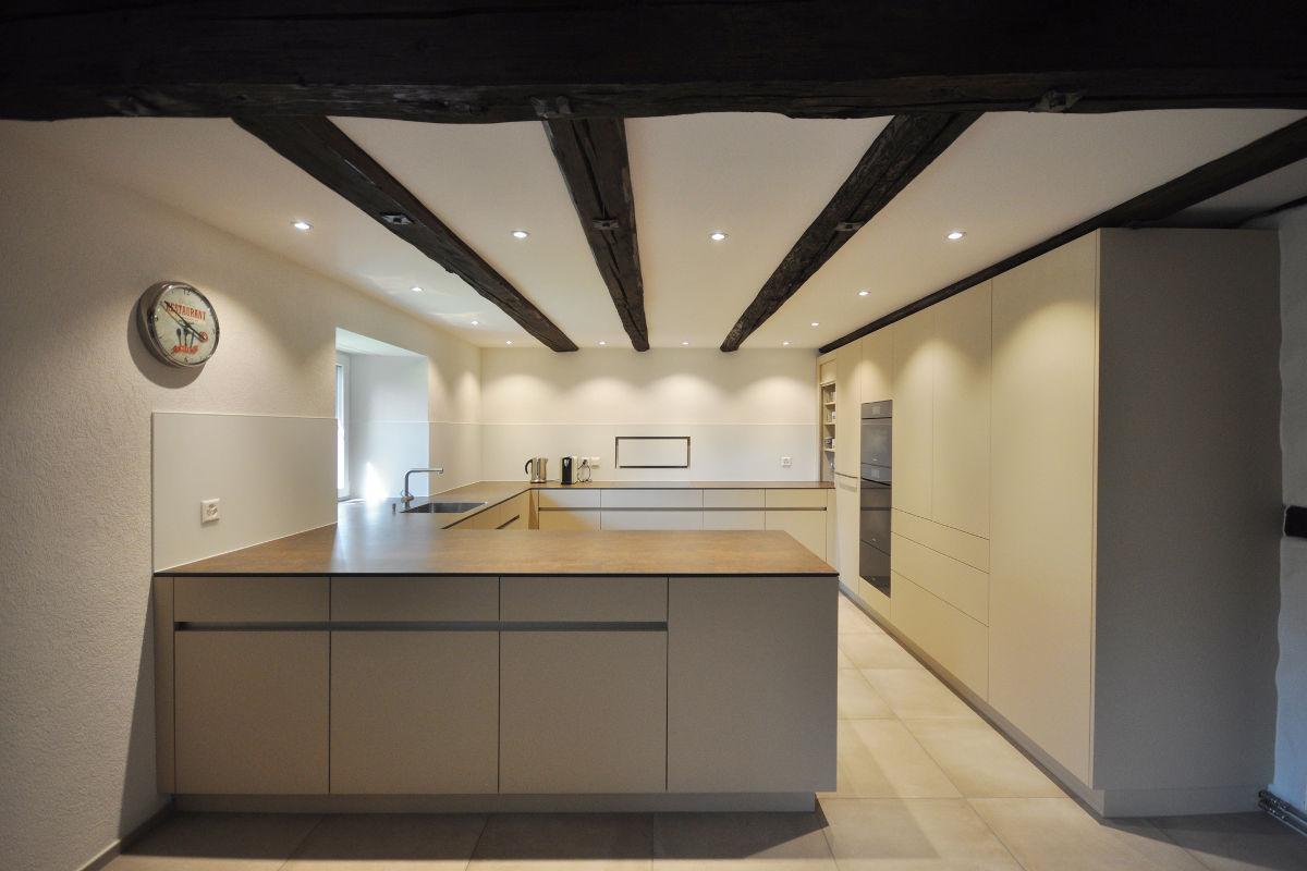 Grosszügige Küche (U-Form) mit grifflosem Design