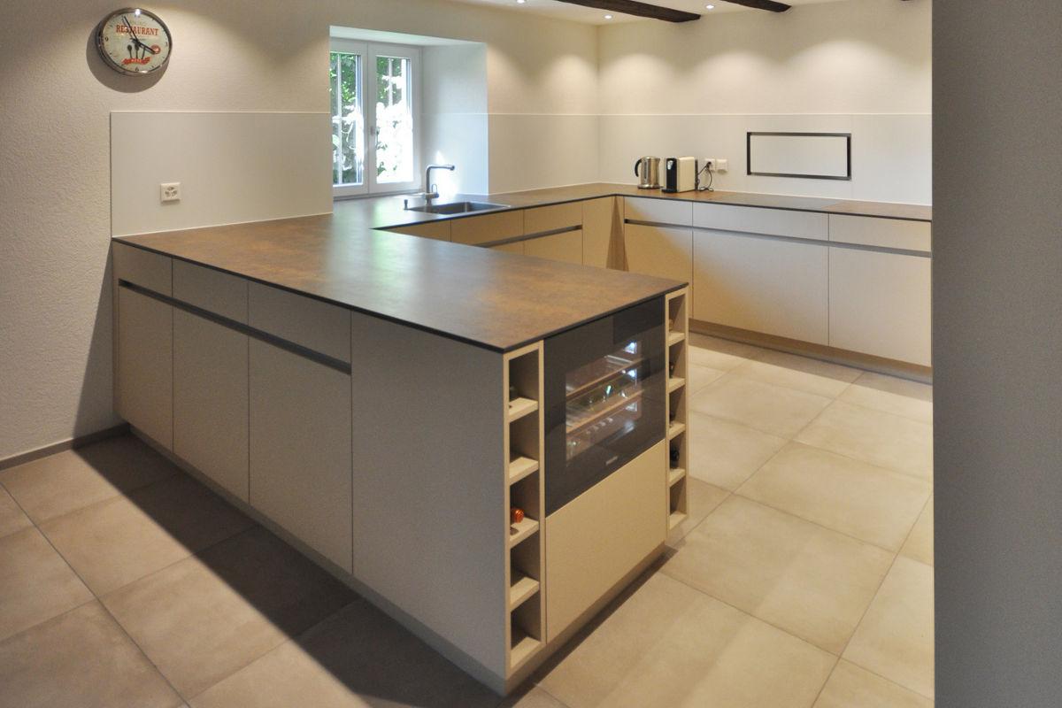Weinkühlschrank seitlich ins Küchenmöbel eingebaut.
