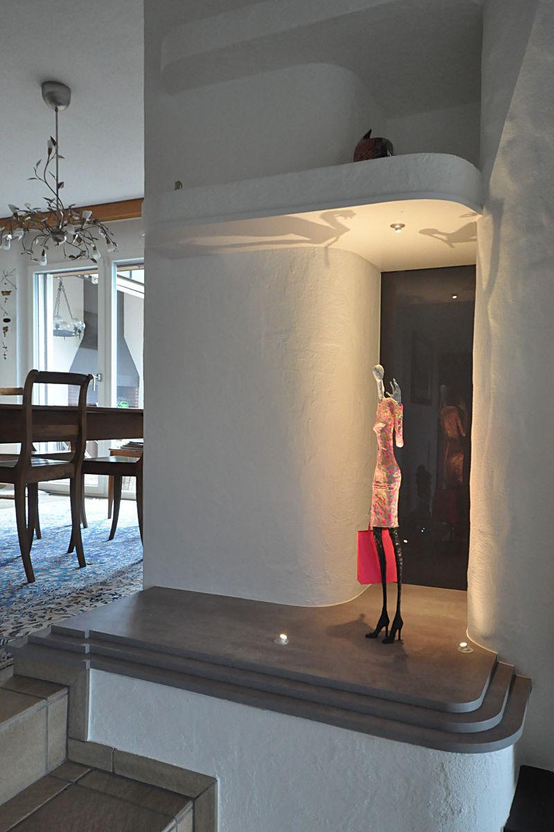 Die Skulptur neu inszeniert auf Holzsockel mit dunkler Glasrückwand und drei integrierten LED-Spots