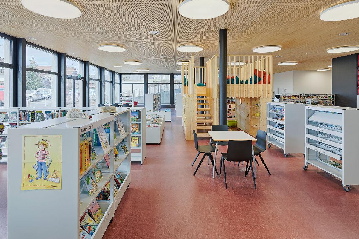 Mitten in der Bibliothek steht der Bücherturm, den die Kinder als Rückzugsort nutzen können
