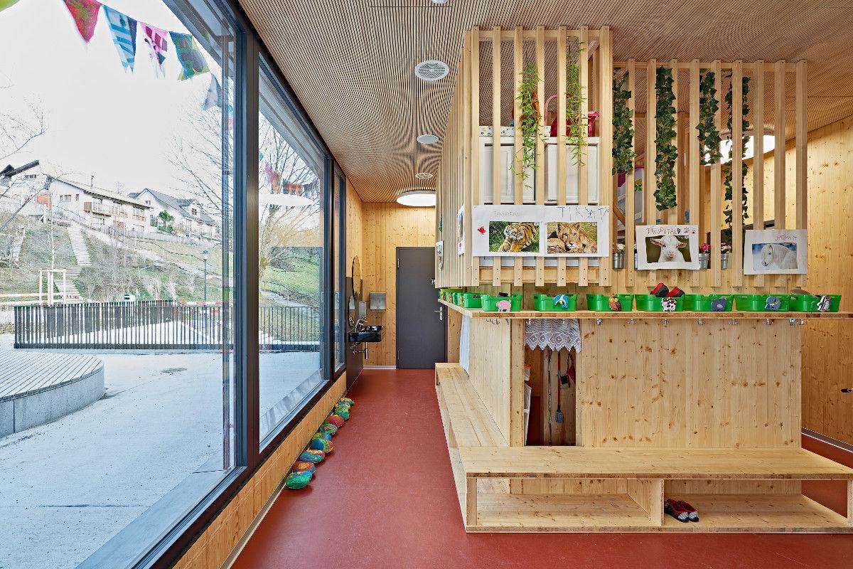 Die Garderobe im Kindergarten dient gleichzeitig als Spielhaus
