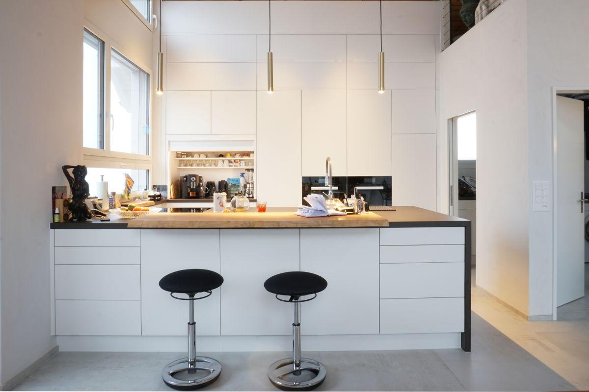 Grosszügige offene Küche mit weissen Fronten
