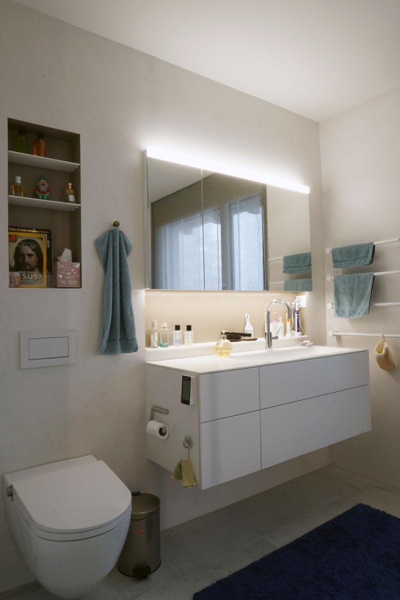 Als zusätzliche Lichtquelle dient der hinterleuchtete Spiegelschrank.