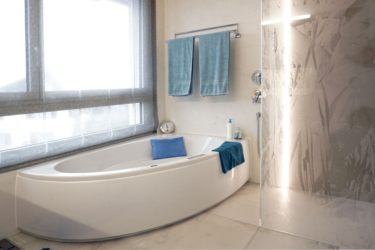 Die Beleuchtung des Badezimmers ist in die Wand eingelassen und reicht vom Boden bis zur Decke.