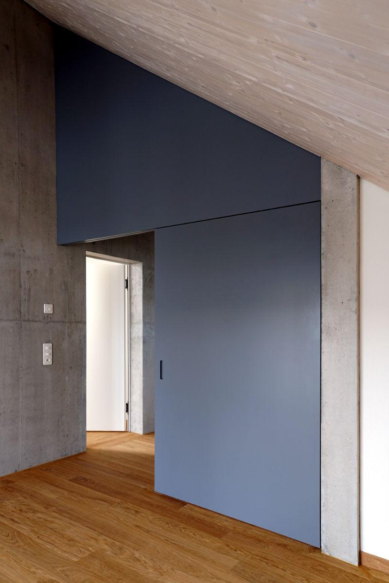 Mit der Schiebetür lässt sich der offene Wohnraum unterteilen.