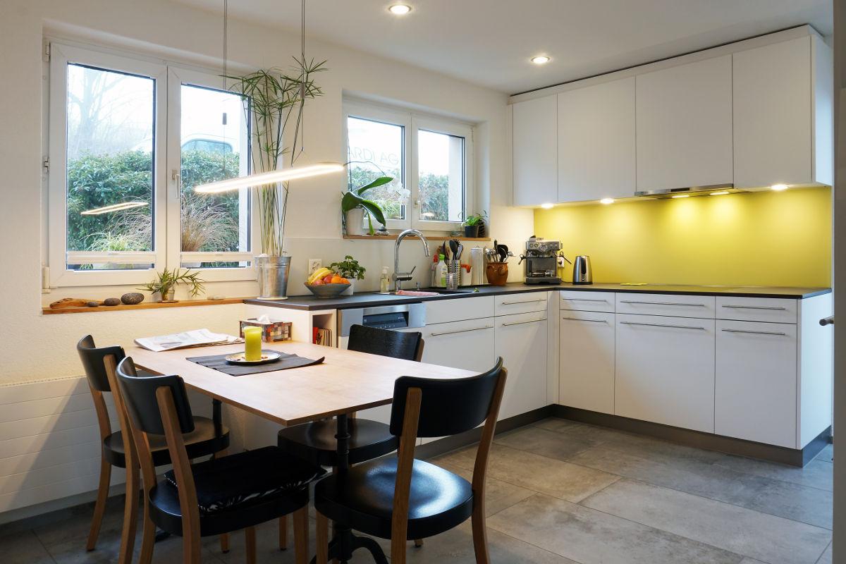 Trotz der relativ engen Platzverhältnisse wirkt die Küche sehr geräumig.
