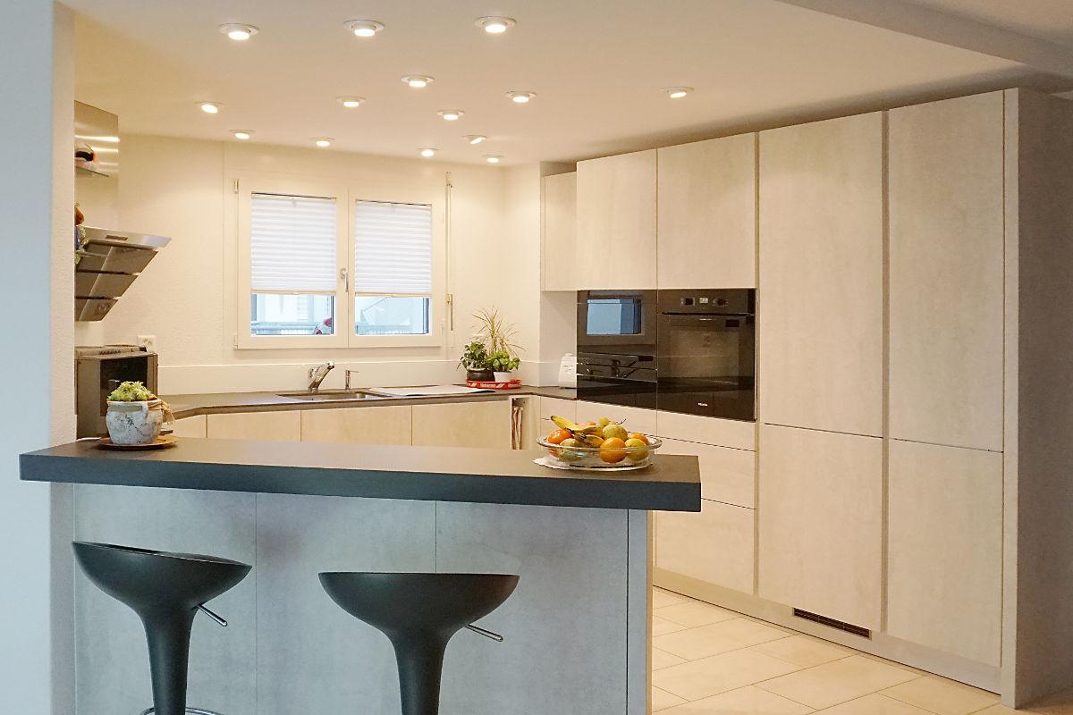 Noble Küche mit Keramik-Fronten und grifflosem Design