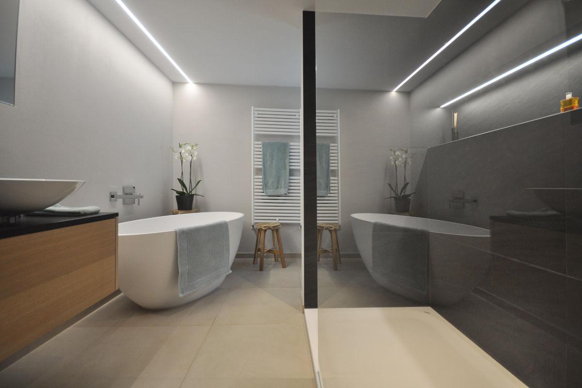 Der Blickfang In Diesem Badezimmer Ist Die Freistehende Badewanne.