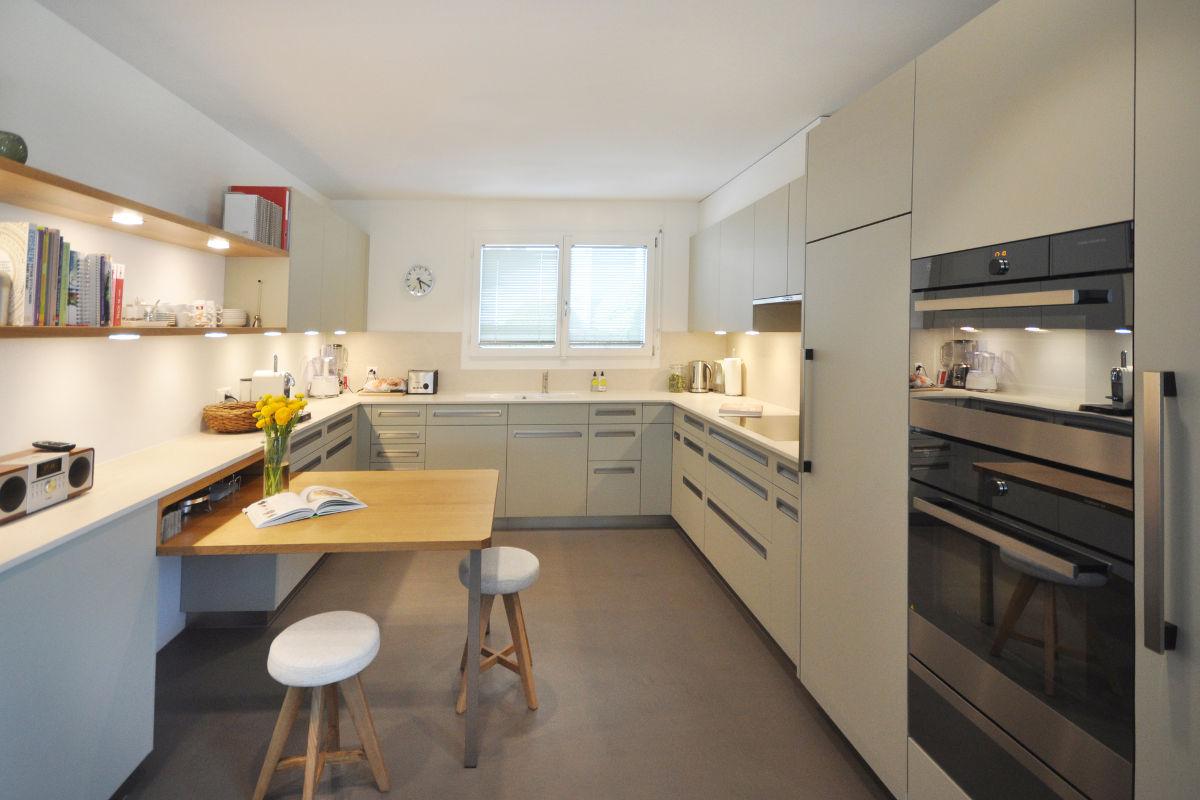 Auffallendes Merkmal dieser Küche sind die Griffmulden aus Aluminium.