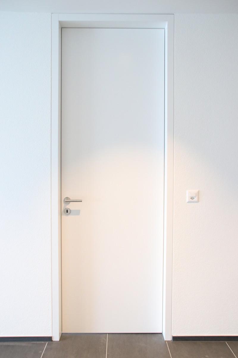 Die Zimmertüren sind mit einem Blockfutter in die Wand eingelassen.