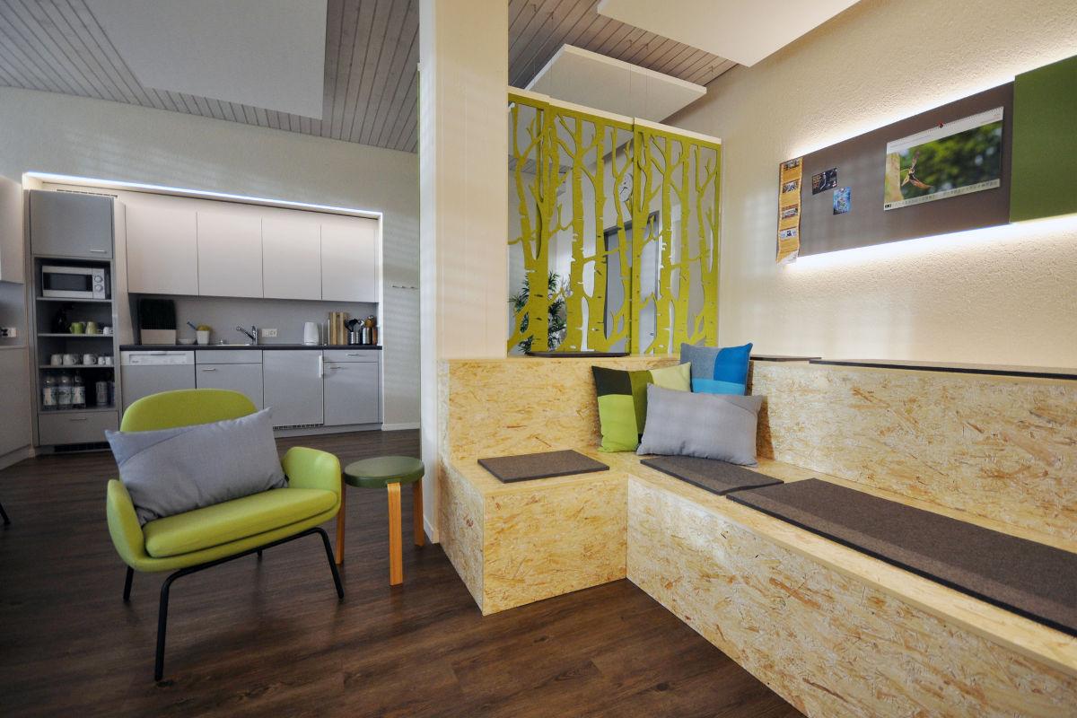 Raumaufteilung: Sitzecke, dahinter die Teeküche.