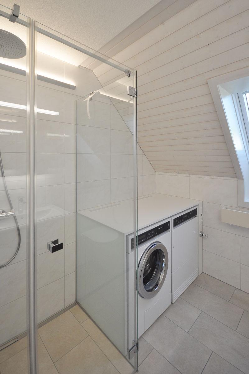 Der Ersatz der Badewanne durch eine Dusche bietet Platz für Waschmaschine und Trockner.