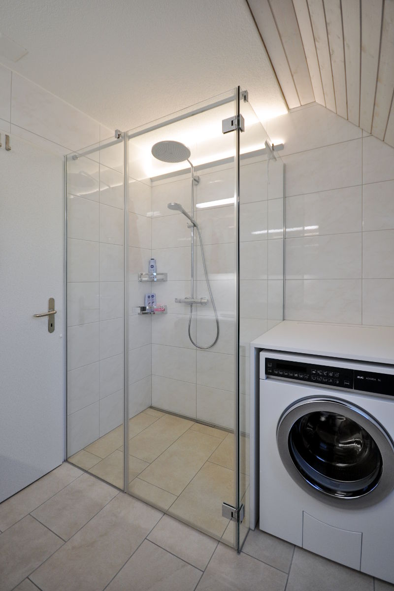 Die Badewanne wurde durch eine schwellenlose Dusche ersetzt.