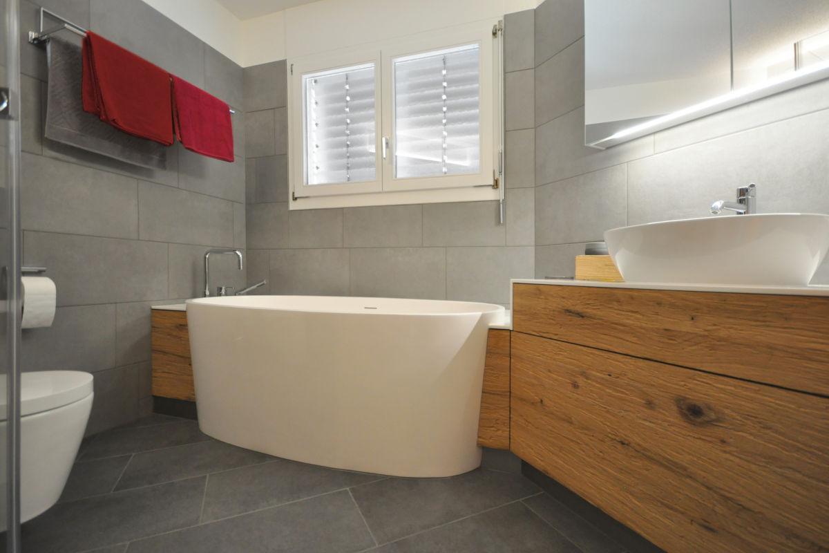 Waschtischmöbel und Badewannenverkleidung im Altholz-Look. Massgeschreinert.